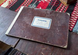 En kassabok från Sälens IF från 1945 som Jonas fyndat på en auktion.