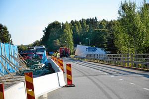 På olycksplatsen råder det sedan en tid bara framkomlighet i ett körfält på grund av pågående vägarbete vid viadukten. Det var precis där som olyckan mellan de tre lastbilarna skedde.