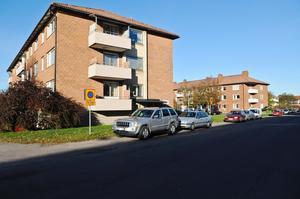 Längs Malmgatan ligger tre flerfamiljshus som ingår i kvarteret Stjärnan.