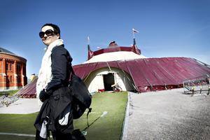 Anna Thelin framför det hon beskriver som festivalens hjärta Tältet är ett kärt återseende, 1998 turnerade hon med föreställningen det gjordes till.