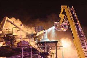 Räddningstjänsten fick ta kranbil till hjälp för att bekämpa branden.
