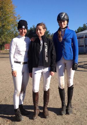 I helgen lyckades Linda Lejon (till vänster), Anna Stenberg (mitten), båda Hedemorabygden, och Linnéa Boberg, Falu RS, bli placerade i en nationell 1,40-klass i Hudiksvall.