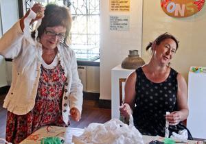 Annica Norell passade på att pyssla när hon besökte museet under onsdagen. Hon tillverkade en egen vindfångare som hon fick ta med sig hem.