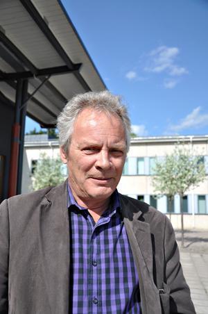 Rektor. Peter Hansson är rektor för Högbergsskolan. När de slutgiltiga ansökningarna till gymnasiet är klara kan han meddela att handelsprogrammet kommer att starta till hösten men att det är mer tveksamt för barn och fritidsprogrammet dit bara tre behöriga elever sökt.