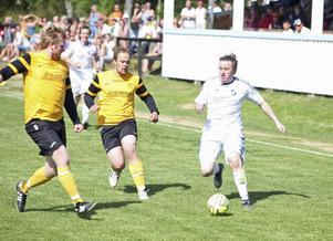 Lillhärdal ställdes mot en bastant Stugumur i sin jakt på kvittering. Här försöker Mattias Larsson ta sig fram men stöter genast på två motståndare.
