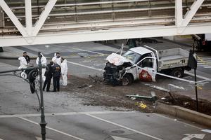 Polisen vid den skadade pickupen i närheten av World Trade Centers minnesplats.