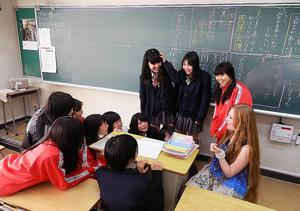 Eleverna tyckte att det var spännande när Maria kom på skolbesök.