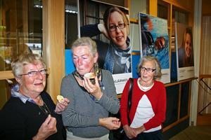Ingeborg Rask, Inga-Britt Svensson och Magdalena Ericsson var med på vernissagen av utställningen Hjärnkoll i kommunhuset i måndags.