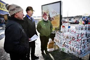 """Östersund.Mjölkbönder, anställda och fackligt aktiva på Milko demonstrerade utanför Coop Forum i fredags. De delade ut produkter ur Milkos sortiment gratis. Mjölkbönderna Håkan Nilsson och Tryggve Johansson delade tillsammans med Staffan Åström, som arbetar på Milko, delade ut smakprover. """"Vi vet att konsumenterna vill ha oss men att handlarna sviker oss"""", säger Håkan Nilsson. Staffan Åström påpekar att de inte har något emot Coop. """"Vi gör inte det här mot Coop utan för Milko"""", säger han.   Foto: Anneli Åsén"""