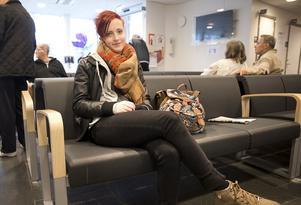 Emma Rydahl har väntat i tio minuter med en smärtande handled. Hon tycker att en timme är okej att vänta på akuten, men helst inte längre.