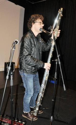 Ander Hagberg spelar bland annat på Nordens enda kontrabasflöjt under konserten i Lillhärdal.
