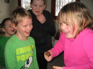 På skolan I Ur och Skur Misteln i Irsta pratar man om spår och spillning i naturen. Vi undersöker älg, rådjur, harspillning m.m. För att få det konkret har vi tillverkat spillningen i choklad som man kan smaka!Alva Heidenback och Erik Knutsson klass 1 tycker det är jättekul med bajsundervisning.