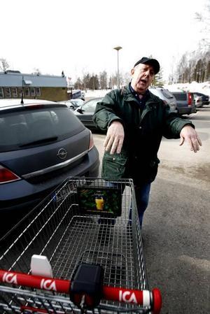 Bernt Roth är pensionär sedan tio år och bryr sig inte för egen del, men tycker synd om ungdomarna som riskerar förlora sina jobb.