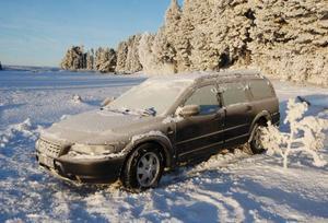 Isen höll inte för den här bilen som sjönk till botten utanför Kläppe i Hallen. Bara taket synts på bilen som nu blivit bärgad och står djupfryst på isen.