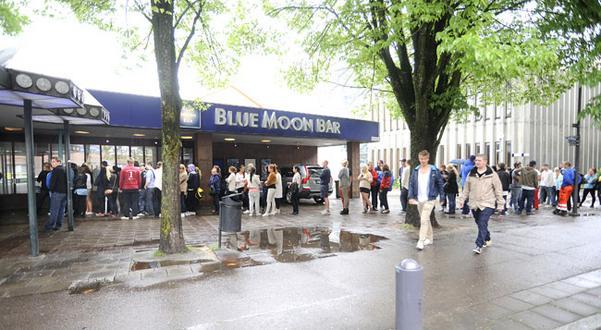 Många köade utanför Blue Moon Bar på söndagen för att få tillbaka sina ägodelar.