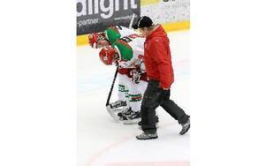 Jonathan Johansson skadade sig mot Örebro i lördags och är inte med på isen i kväll. Här får han hjälp av Henrik Olsén som däremot är tillbaka och kör fullt ut resten av säsongen. foto: Jörgen Hjerpe