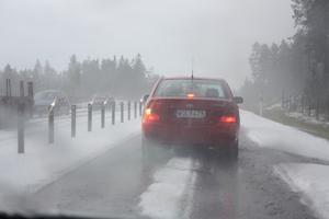 Hagelskur förvandlade E4 till vinterväg.Läsarbild: Kristin Persson