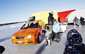 Neo Sjölander kollar bilen. Pappa Tommy Karlsson i bakgrunden och Oscar Persson bredvid.