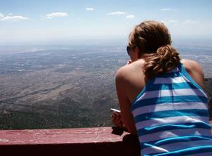 Malin Hemmingsson, från Fjällhalsen, blickar ut över sitt nya hem. Albuquerque i New Mexico.