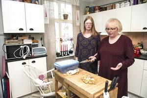 Det har hänt att Rebecca krampat när hon stått med kniven i handen i köket och Yvonne har lyckats få av henne den. Vad som hänt om Rebecca varit ensam då vill ingen av dem tänka på.