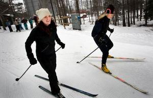 Eva-Lena Lanner, till höger, har tagit med sig dottern Malin Lanner till ÖSK-områdets skidspår för några varv längs skidspåren. Hon valde skateskidor för att slippa vallningen.