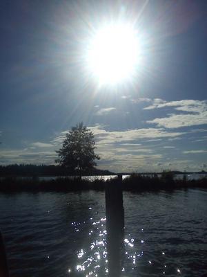När man sitter på bryggan vid östra holmen och njuter av solens strålar åker även kameran fram.