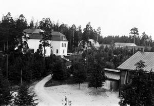 Västmanlands regemente Viksäng. Regementssjukhuset till vänster.