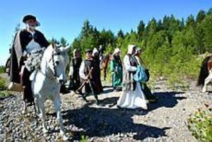 Foto: FRANK JULIN Många mil. Med varma kläder i den tryckande hettan vandrar pilgrimerna fram. Den 20 september ska filmen vara klar och presenteras i Hyttan i Axmar bruk.