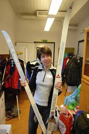 Vallningsfria. Ulrika Karlsson visar upp ett par skidor som hamnade hos upphittat förra året.
