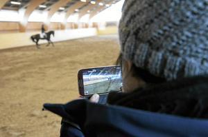 Stolt. Josefin Krantz äger halva hästen Ziwago som Phillipa Ziesig tävlade med för Örebros ridklubb i lördagens lagtävling.