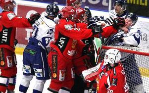 BRÅK. Spelarna drabbar samman vid Almtunas målvakt.Foto: Johnny Fredborg