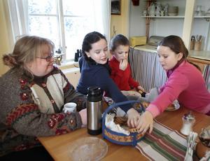 Katie, Peter och Leah älskar Åsa Fricks rullrån och kakor.