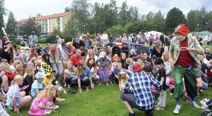Linus Wellander hade inga problem med att få igång feststämningen på barnens dag i Öjeparken.