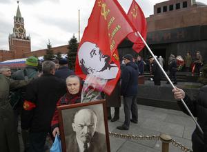 Ryska kommunister köar utanför Leninmausoleet i Moskva.