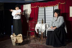 I vanliga fall ser vi dem som Judit och Judit, men på konsthallen i november förvandlas Pernilla Parszyk och Carina Perenkrantz till två kvinnor i Strindbergs pjäs Den starkare.