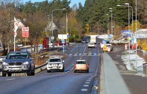 Idag tvingas tunga godstransporter och annan förbipasserade trafik köra på den bristfälliga och smala riksväg 51, som bland annat går genom Pålsboda. Tanken är att den nya riksvägen ska göra transporterna säkrare och snabbare genom den länsdelen.Foto: Samuel Borg