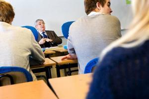 I fredags fick 8:orna och 9:orna på Storsjöskolan i Östersund besök av Tobias Rawet, som berättade om hur han överlevde Förintelsen. Foto: Håkan Luthman