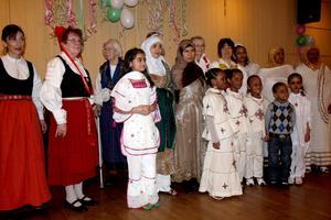 En kaskad av färger blev det när folkdräktsuppvisning ordnades på församlingshemmet. Här fanns dräkter från bland annat Eritrea, Finland, Sverige och Afghanistan.