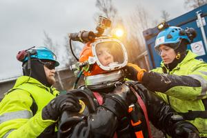 Peter Blomqvist till vänster och Jonas Bosell till höger, hjälper Christoffer Rosén av med hjälmen efter ett dyk.