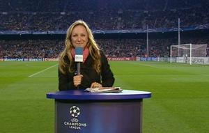 """VÄRLDENS BÄSTA JOBB? Frida Nordstrand har bevakat Champions League för Viasats räkning i fyra år. Från sin plats vid sidlinjen noterar hon varje steg och fint som storstjärnorna gör och efter slutsignal skyndar hon ner till spelargången för att serva tittarna med initierade spelar- och tränarintervjuer.att det ska flyta på"""", säger Frida."""
