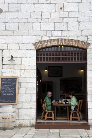 Längs hamnkajen i Rovinj ligger flera trevliga restauranger, som fiskrestaurangen Konoba Kantinon.