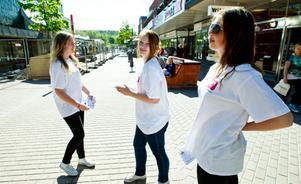 Kajsa Säfström, Therese Halvardsson och Elin Hedlund delar ut flygblad på gågatan för att locka även vuxna till School´s Out nästa fredag.