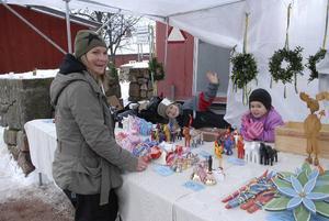 Stannade. Sabine Kuhn och hennes barn Malte och Maja hade så kul att marknadsståndet fick stå kvar även under måndagen.