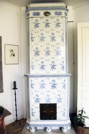Den ståtliga kakelugnen i vardagsrummet kommer från en sommarbostad på Norrlandet, norr om Gävle.