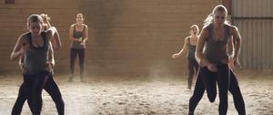 """Hästvärld. Mathilda Paradeiser och Linda Molin spelar huvudrollerna i """"Apflickorna"""". De fick tre månader på sig att lära sig voltigekonster som brukar kräva ett och ett halvt års träning."""