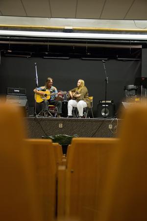 Benny Olsson i Carrie Hall Band är den som sjunger på vinnarlåten Tears. Här tillsammans med Karin Lindberg (Carrie Hall). Övriga i bandet är Kenneth Isaksson, Niclas Vallin, Stefan Syverssen, Eva Vallin och Göran Dahlén.