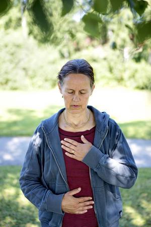 Den fysiska delen av yoga kan ge bättre kroppskännedom och kroppskontroll. Genom andningsövningar kan den som övar få en ny relation till sin andning, berättar Karina Freij.   – Andetaget avspeglar sinnet. Är man stressad och ofokuserad blir andningen ojämn. Genom att jobba med andningen kan man påverka sinnet. Rent medicinskt har man kunnat visa att blodtrycket går ner och stresshormon sjunker, säger hon.