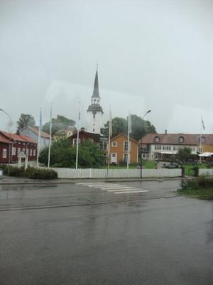 Regnet vräkte ner över Mariefred. Vy på Gripsholms värdshus med kyrkan i bakgrunden.