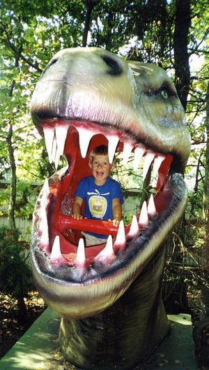 hungrig. Prova på att sitta i en dinosauriers gap på Ölands Djurpark.