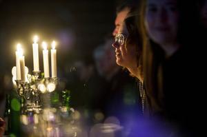 Det var stämningsfullt dukat åt över 400 personer på Fjällrävens ispist och de åt bland annat gravad älg och ankbröst.